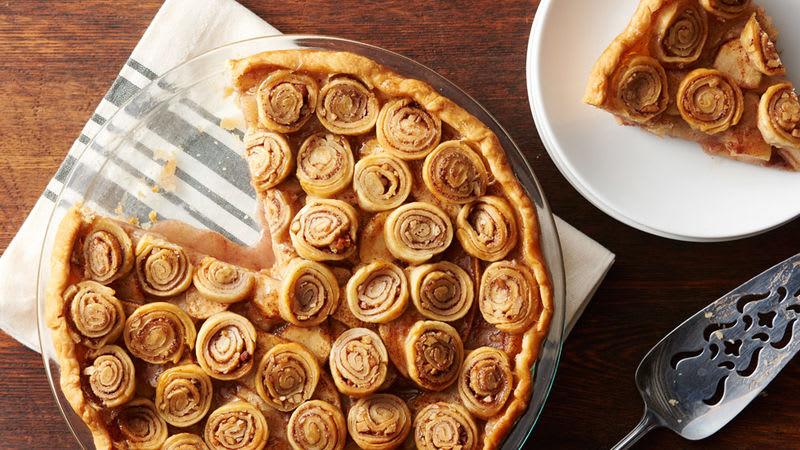 Tarte aux pommes avec tourbillons de cannelle et de noix