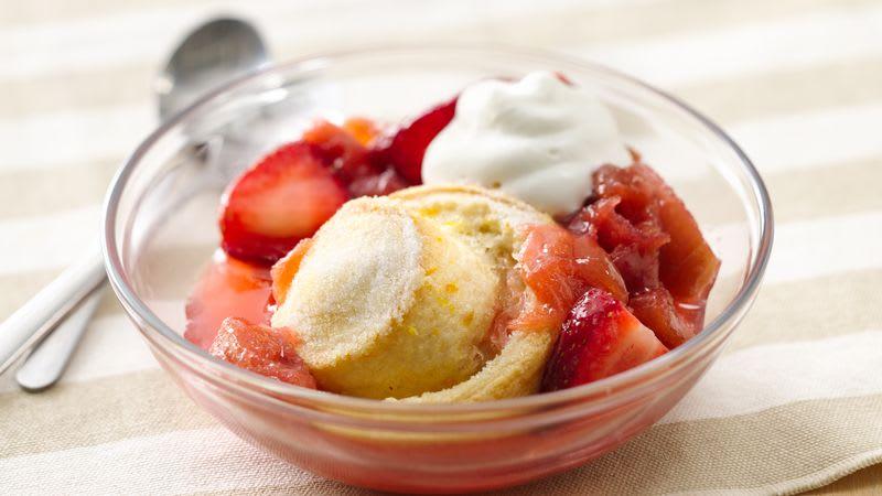 Gâteaux feuilletés aux fraises et à la rhubarbe