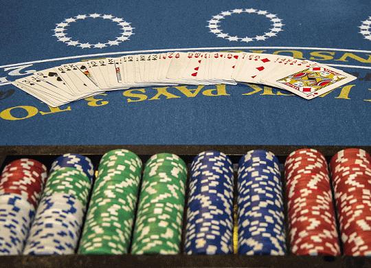 Carte da gioco e chips in una tavola di blackjack