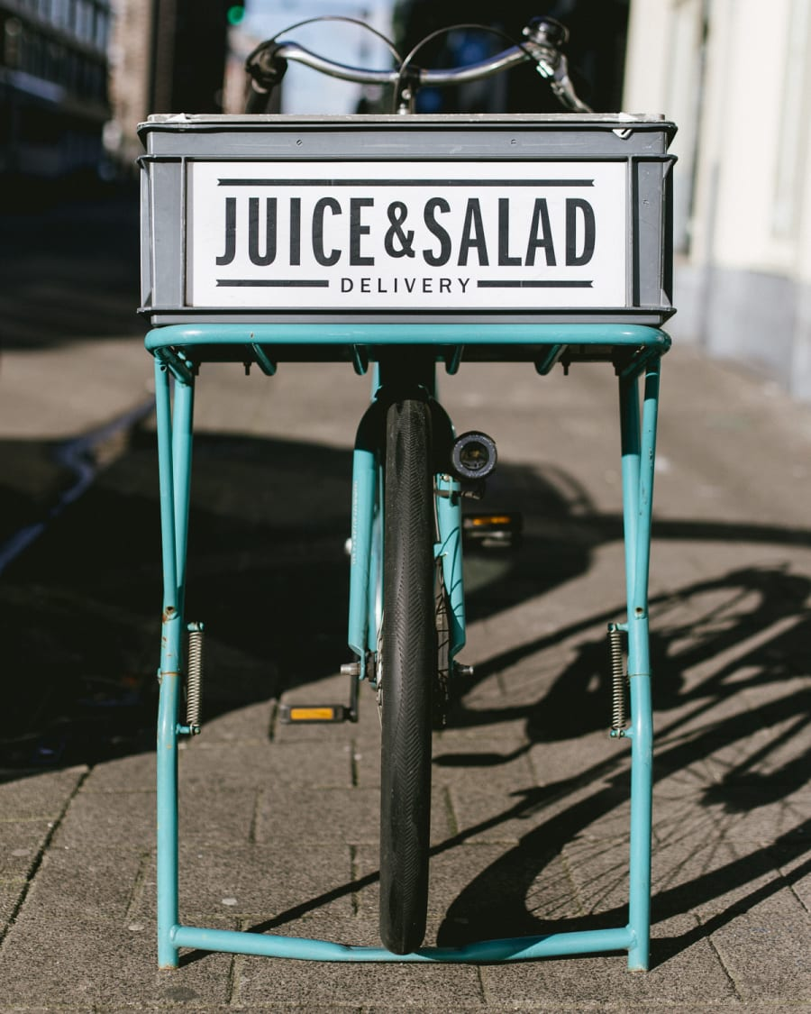 Juice and salad delivery bike with a basket on the front in Amsterdam