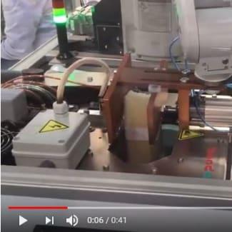 Banderoleuse de mise sous bande intégrée avec un robot, pour l'emballage d'étiquettes