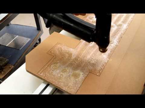 Système de dépose de collage hotmelt pour coller de la mousse de calage sur du carton