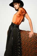 贴金属箔条纹百褶半身裙