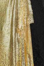 Falda de encaje y punto metálico