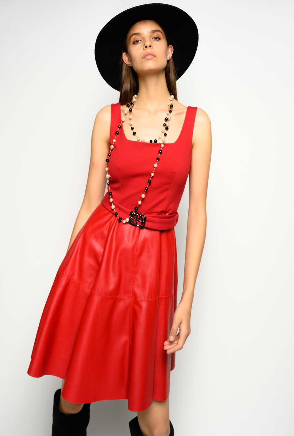 Short dress with logoed buckle