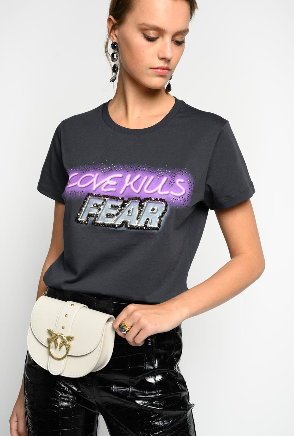 T-shirt « Love Kills Fear » avec strass