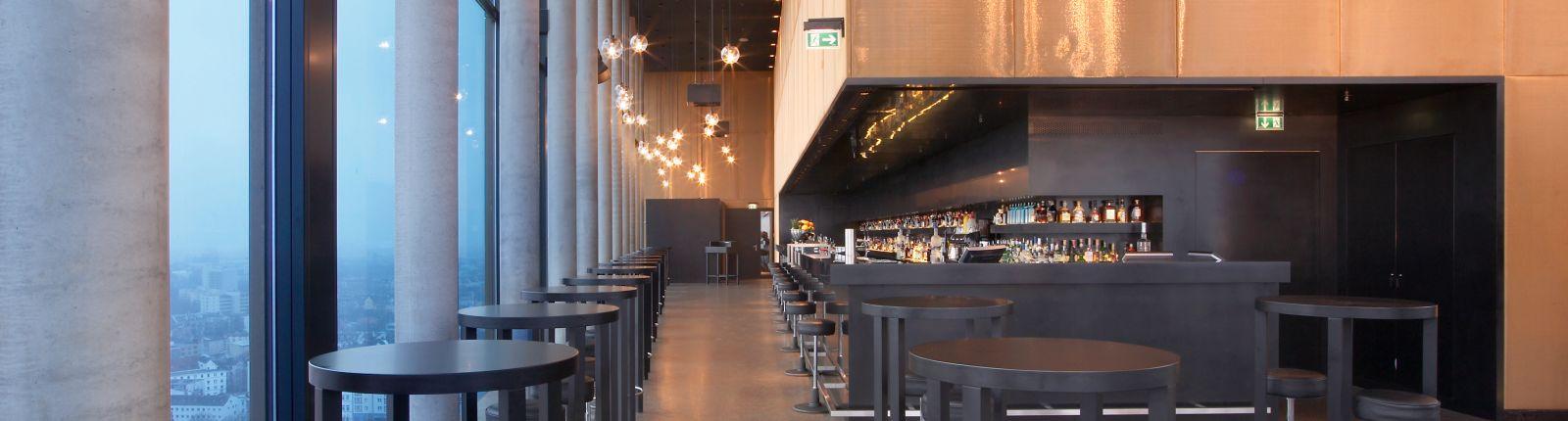 Die Wandverkleidung aus Bronzegewebe des Typs Mandarin verbessert die Raumakustik und setzt optische Akzente bei der Innenarchitektur des Hotels in Hamburg.