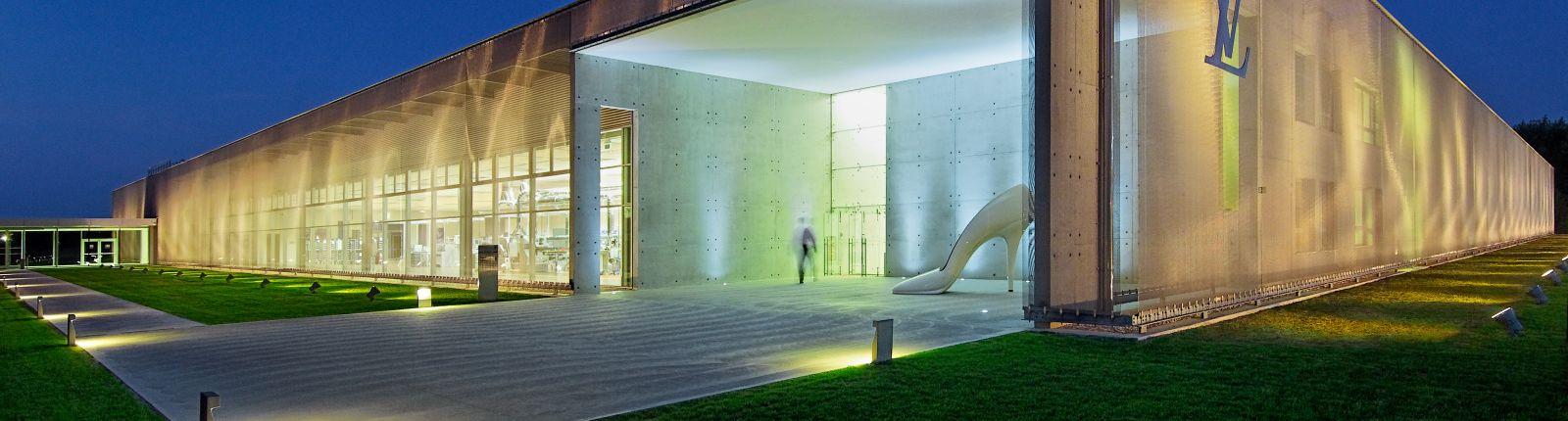 Glänzende Architekturgewebe-Hülle: Louis Vuitton Manufaktur
