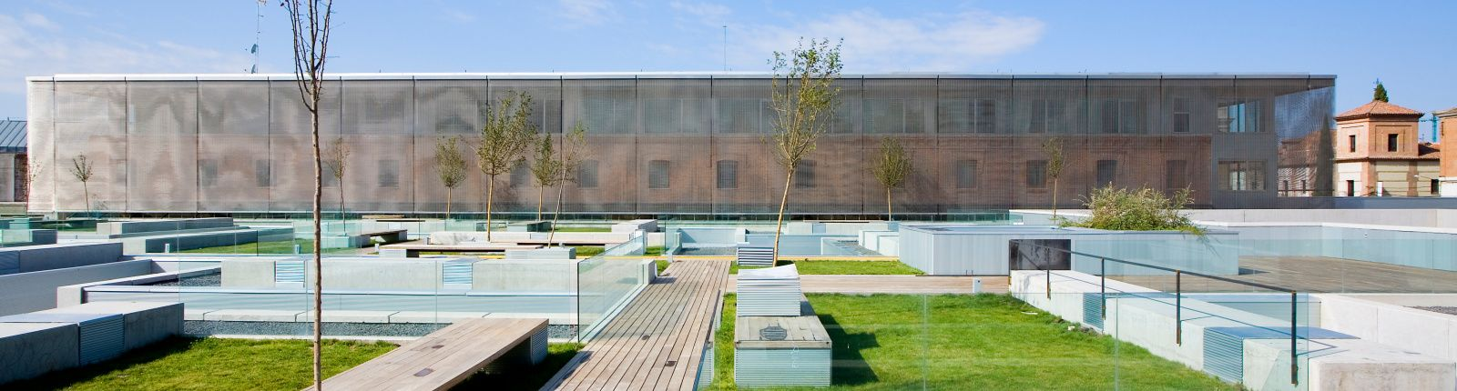 Ästhetische Sonnenschutzfassade in Alcalá de Henares, Spanien