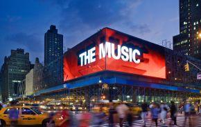 Une façade média transparente convertit la célèbre gare routière de New York City en un édifice phare