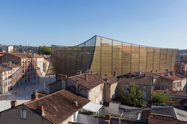 Solar protection façade made of flexible design mesh