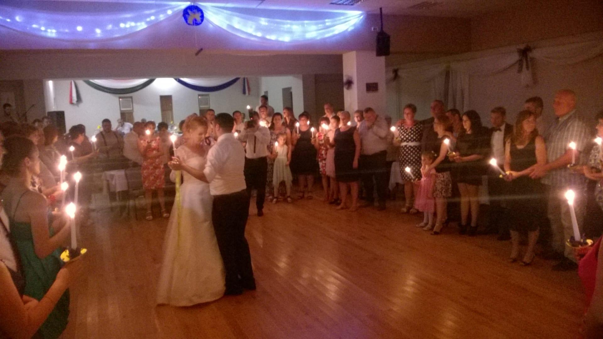 Ein ungarischer Hochzeitsbrauch: Tanzen des Brautpaares unter Kernzenlicht (Foto: Tonči Petrić)