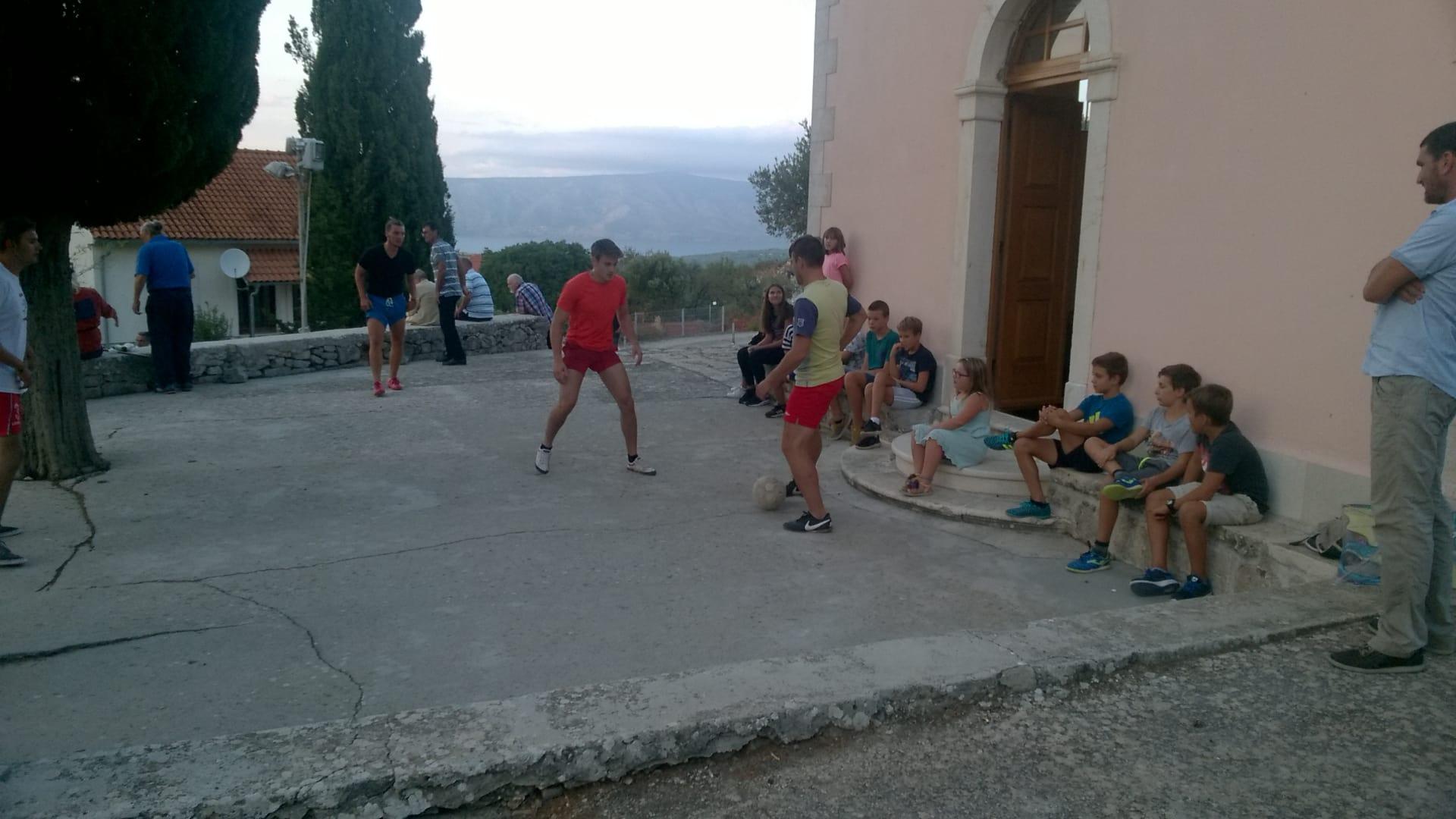Die Jugend spielt Fußball vor dem Hof (Foto: Tonči Petrić/Stimme Kroatiens)