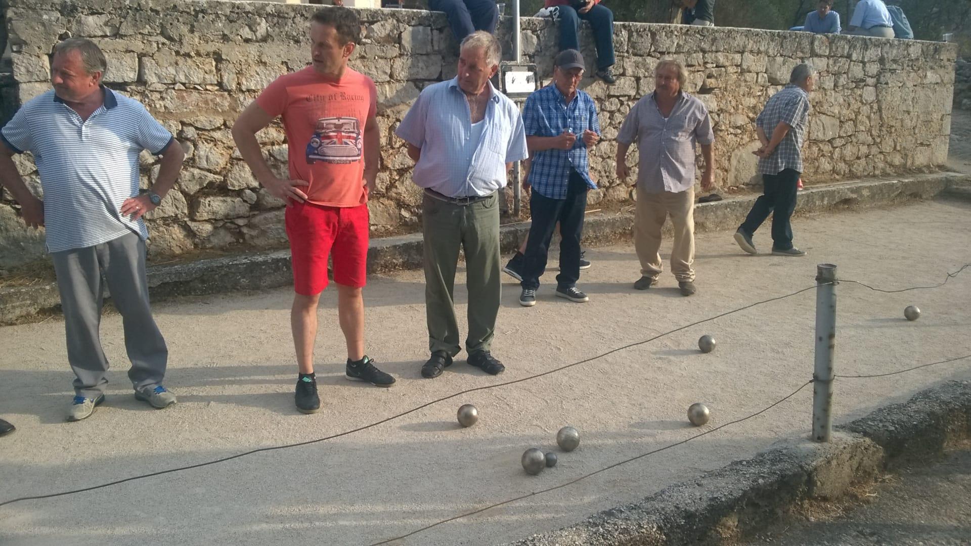 Die Männer spielen ganz traditionell Boccia  (Foto: Tonči Petrić/Stimme Kroatiens)