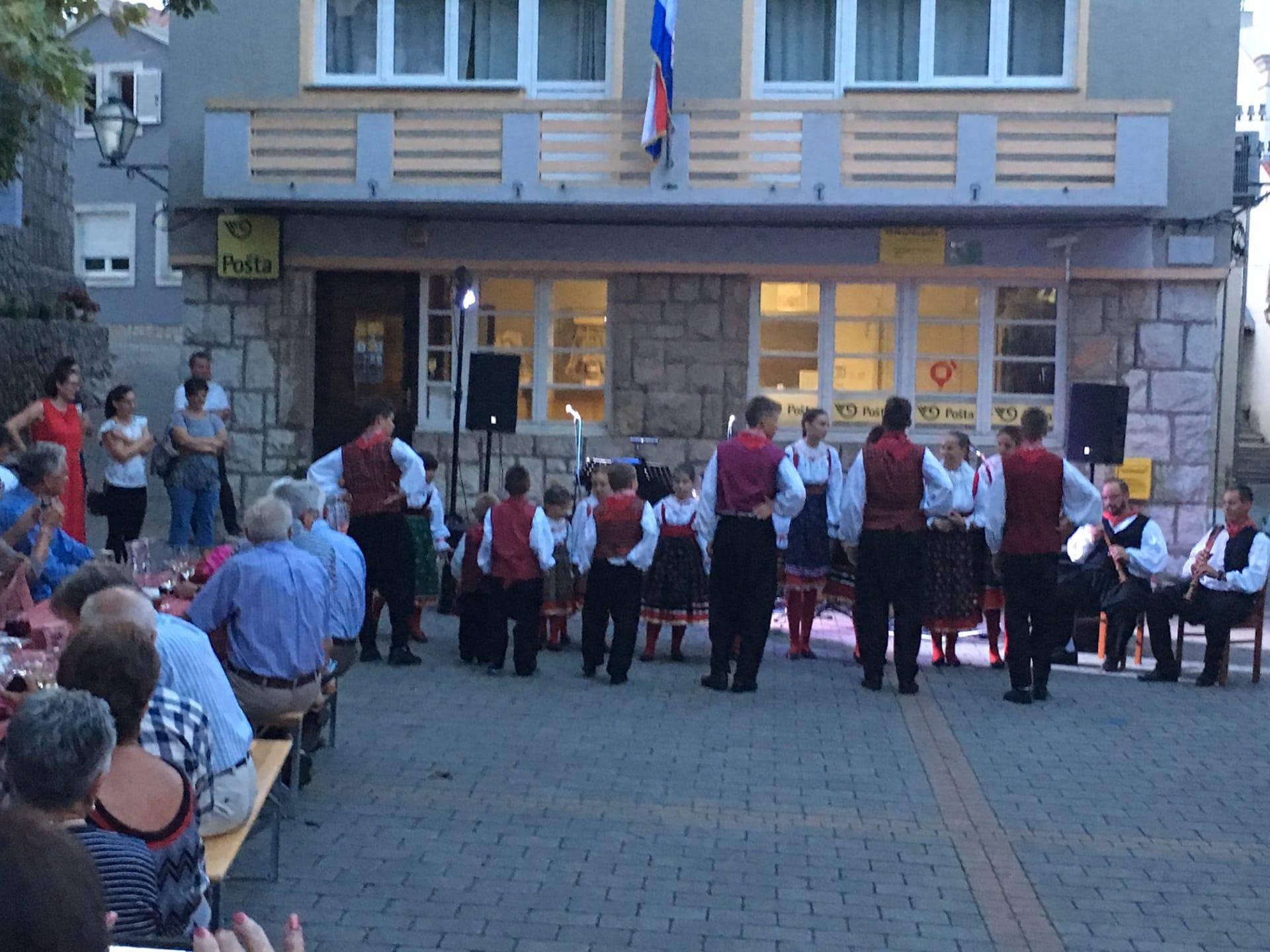 Lokalna skupina izvodi folklorni program (Foto: Glas Hrvatske/Damir Posavac)