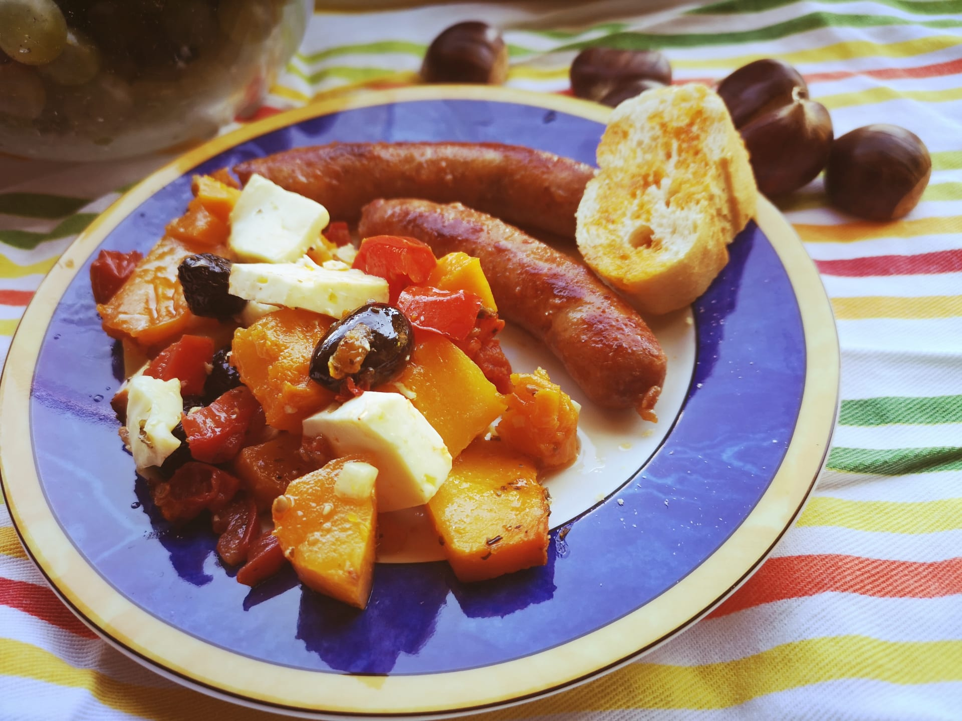 Zapečena buča s rajčicom, maslinama i sirom škripavcem