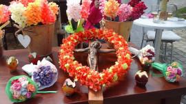 Kinč oder Blumen aus Krepppapier