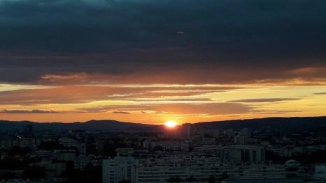 Zalazak sunca nakon vreloga dana u metropoli
