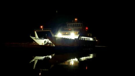 Fähre legt im Hafen an