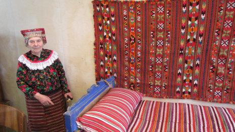 Stara mati Baranjka postelju stere