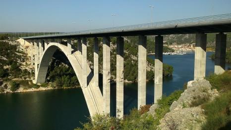 Kroz Šibenski most Skradin me gleda