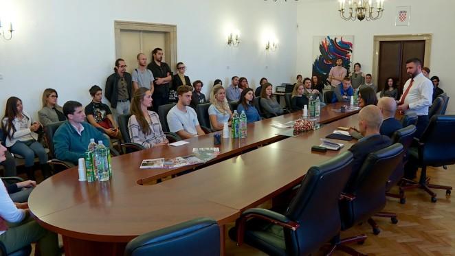 Firma de los contratos de becas para el estudio del idioma croata en Croacia y a través de Intenet