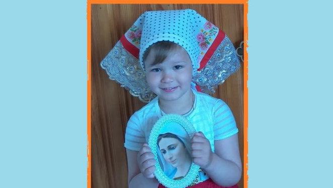 "Djevojčica Kristiana iz Klokotiča pjeva marijansku pjesmu  ""Čuj nas, Majko!"""