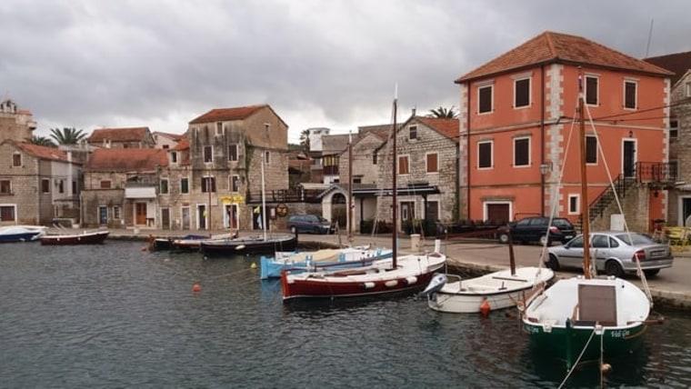 """Vrbovska está dividida por un brazo de mar y el lugar está conectado por tres puentes de piedra que recuerdan a Venecia, lo que le dio su apodo de """"Pequeña Venecia"""" (Foto: Tatjana Rau/Voz de Croacia)"""