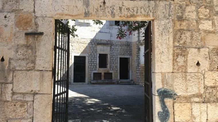 Antigua inscripción en la fachada de la casa veraniega de los Kavanjin del año 1704 (Foto: Tatjana Rau/Voz de Croacia)