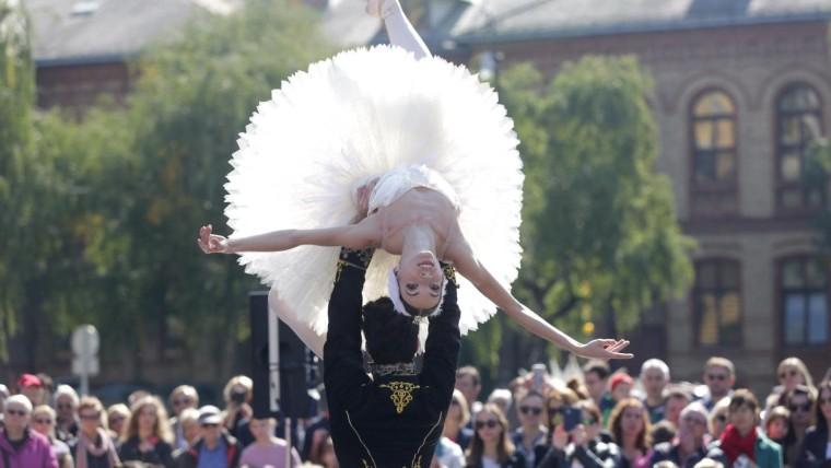 Baletni ansambl izvodi scenu iz Labuđeg jezera (Foto: Luka Stanzl/PIXSELL)