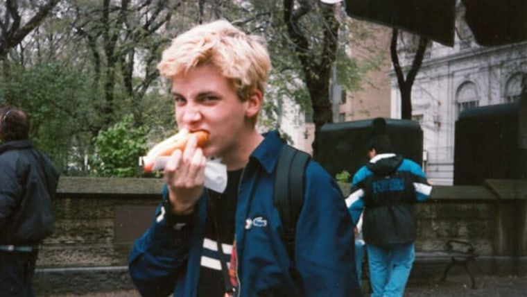 The author eating a hot dog during his senior year in high school. (Foto: Cody McClain Brown)
