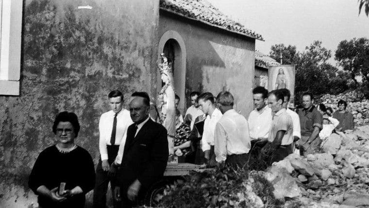 Die Heilige Maria in einer Prozession um die Kirche des Dorfes Selca (Foto: Tonči Petrić/Stimme Kroatiens)