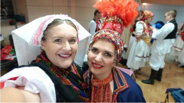 Die Cousinen Ann Lebar aus Milwaukee und Ivana Biondić aus Vratnik auf der Bühne in Koprivnica (Foto: Ann Lebar/Facebook)
