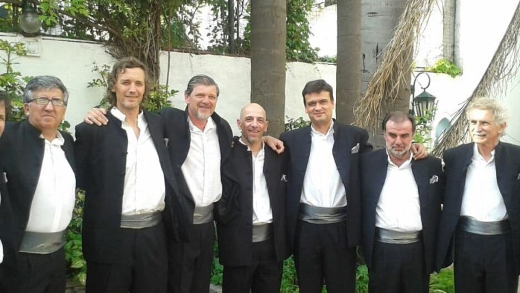 Ivo Puches (tercero desde la derecha) y la Klapa BA. Foto: Facebook/Klapa BA