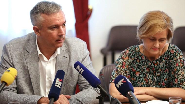 Darinko Kosor del HSLS y la economísta Sandra Švaljek (Foto: Patrik Macek/PIXSELL)
