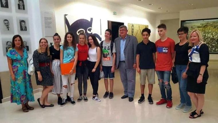 Mladi u društvu gradonačelnika Rijeke Vojka Obersnela (Foto: hrt.hr)