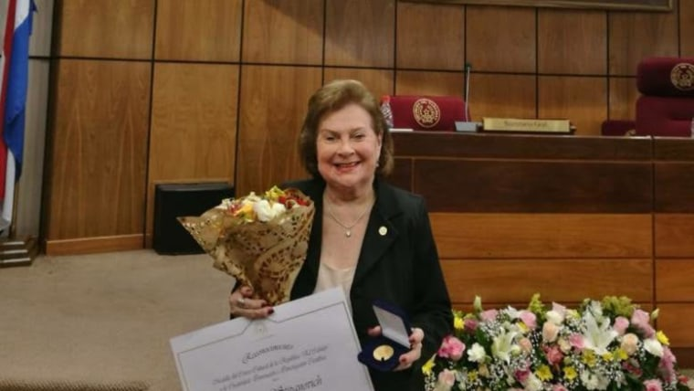 La profesora Teresa Stipanovich recibe la Medalla Cabildo (Foto: Asociación Paraguaya de Croatas)