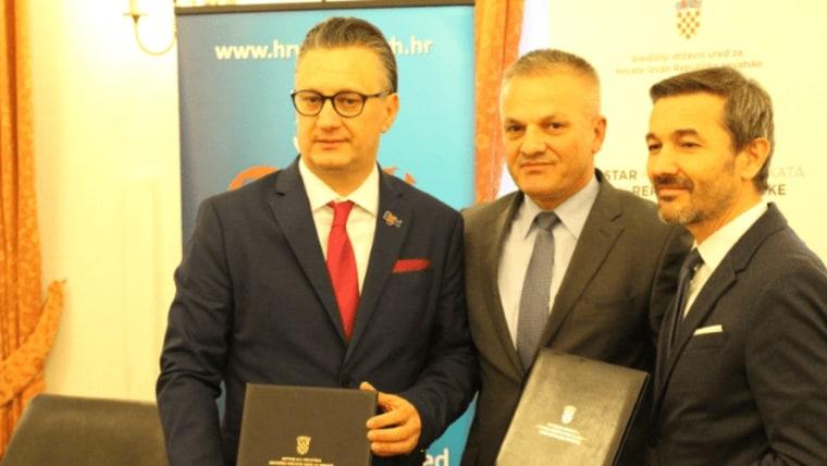 Zajednička fotografija potpisnika ugovora ( Središnji državni ured za Hrvate izvan RH)