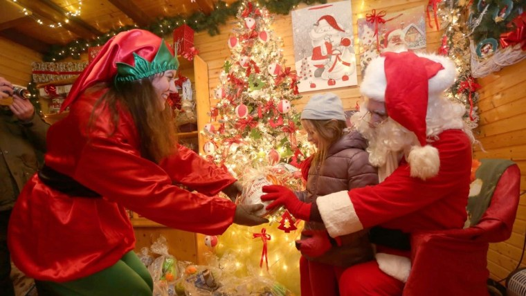Učka: Papá Noel y sus ayudantes entregaron regalos a los niños que viven en el Parque Natural (Foto: Goran Kovacic/PIXSELL)