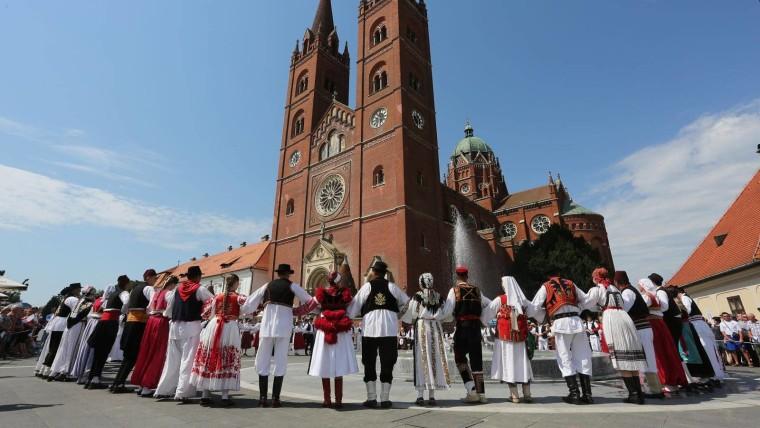 Šokačko kolo ispred katedrale na 51. Đakovačkim vezovima. (Foto: Marko Mrkonjić/Pixsell)