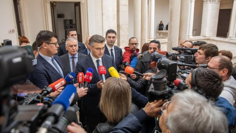 The Prime Minister talks to reporters in Dubrovnik following special cabinent session (Grgo Jelavic/PIXSELL)