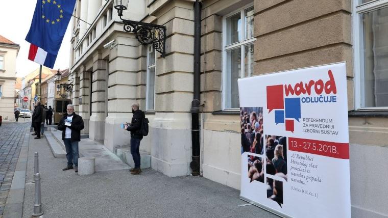 """Miembros de la iniciativa civil """"el pueblo decide"""" (Foto: Patrik Macek/PIXSELL)"""