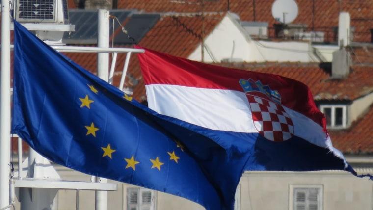 Banderas de la Unión Europea y Croacia (Foto: Ivo Cagalj/PIXSELL)