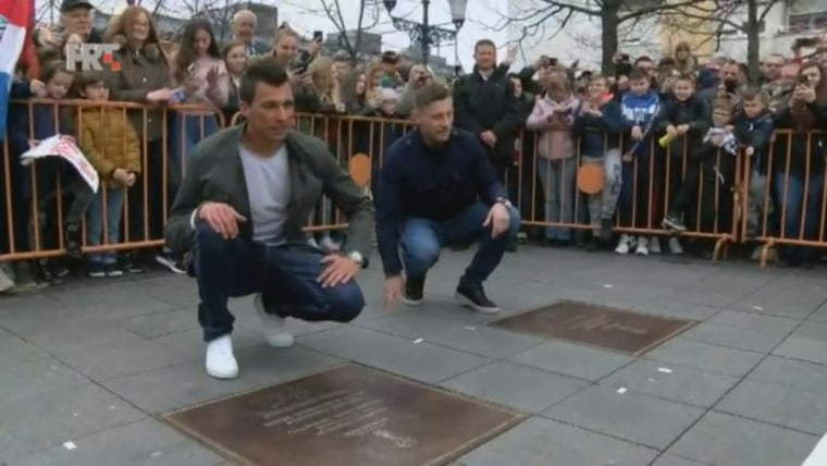 Mario Mandžukić and Ivica Olić at the uncovering of plaques dedicated to them in Slavonski Brod. (Photo: HRT)