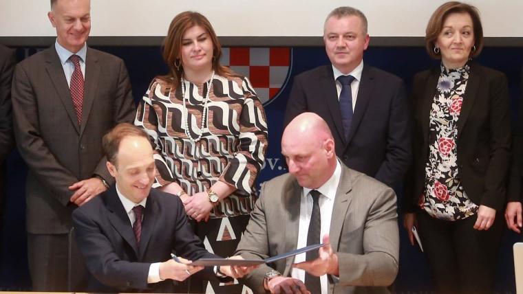 Regional Development and EU Funds Minister Gabrijela Žalac (back center left) Economy Minister Darko Horvat (back center right) (Photo: Matija Habljak/PIXSELL)