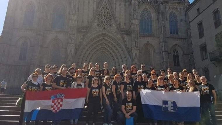 Članovi HPD ''Lipa'' ispred katedrale u Barceloni. (Foto: screenshot Facebook/ Hrvatsko pjevačko društvo Lipa)