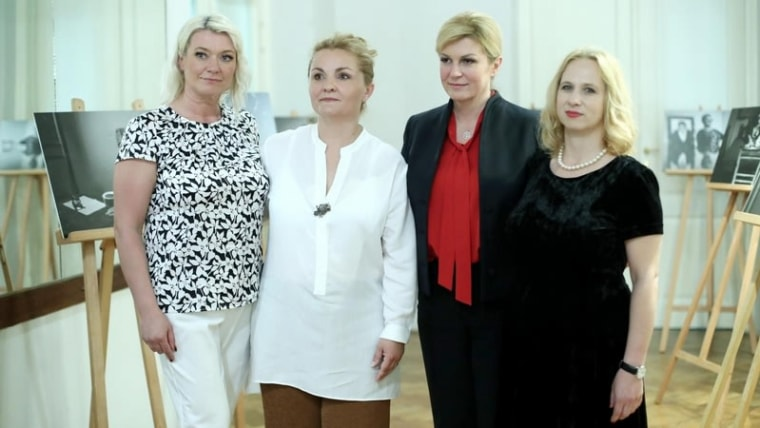 The President poses with authors Romana Bilešić and Danijela Mikola and photographer Sandra Simunović (Sanjin Strukic/PIXSELL)