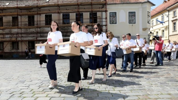 Union volunteers deliver 65 boxes of signatures to lawmakers (Photo: Patrik Macek/PIXSELL)