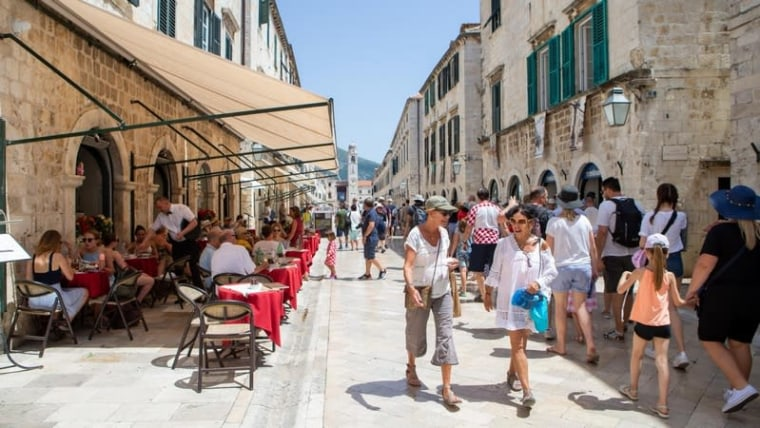 Tourists in the streets of Dubrovnik (Grgo Jelavic/PIXSELL)