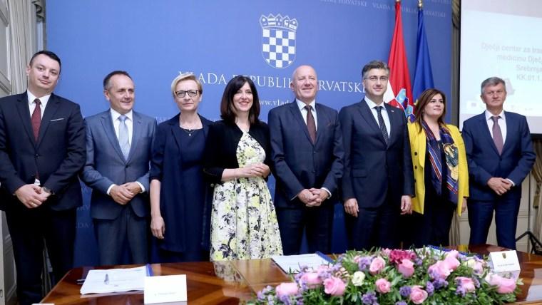 Nach Unterzeichnung des Vertrags (Foto: Patrik Macek / PIXSELL)